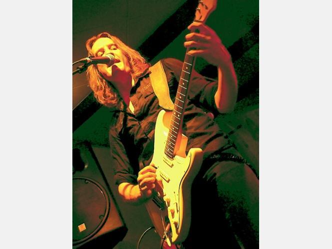 Niklas Turmann von Chrystal Breed scheint eine Liebesbeziehung mit seinem Instrument zu haben. ▪