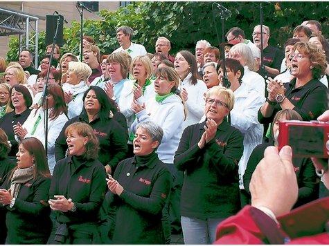 Sänger und Sängerinnen aus drei Chören sangen um 12 Uhr den Aktionssong. ▪