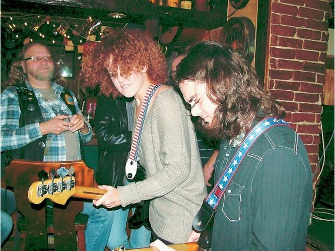 Cassie Taylor und ihr Gitarrist Steve Mignano zeigen Livemusik hautnah.