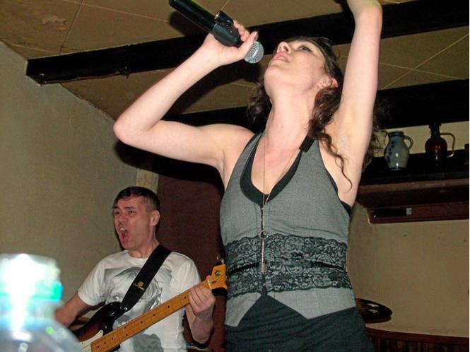 Sängerin und Performerin Kara Fraser sowie Bassist Allan Rodger dominierten die Show des kanadischen Trios Mia Moth. -  Foto: Koll
