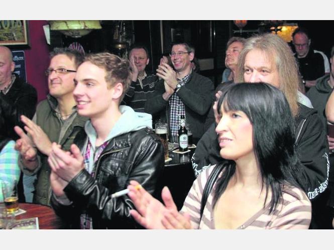 Zahlreiche Zuschauer verfolgten das Konzert von Rob Tognoni in Pöngses Wohnzimmer.