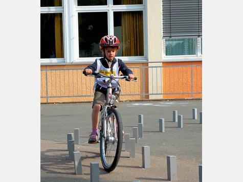 Volle Konzentration: Die Fahrt durch die Gasse ist eine der Aufgaben beim Fahrradparcours.