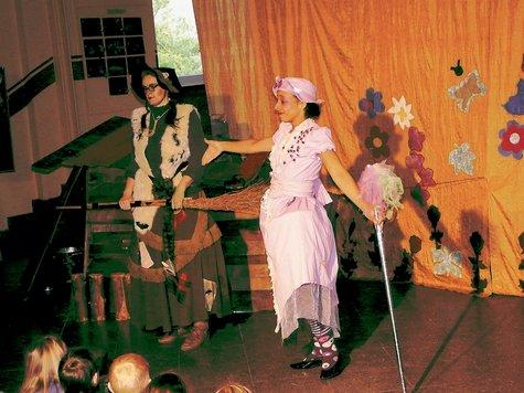Beate Albrecht (l.) gab die Hexe Mirakula. Mit ihr auf der Bühne: Rolande Beugré. ▪