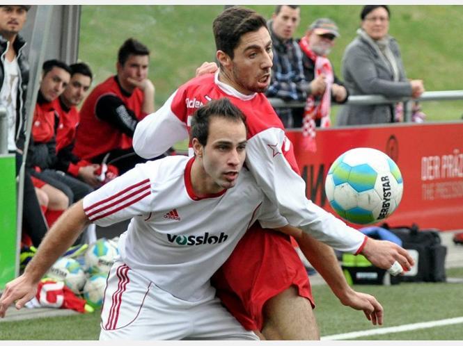 Goalgetter Semir Tuz (rechts, hier im Zweikampf mit dem Ex-Rot-Weißen Andreas Ketzenberg) blieb am Sonntagnachmittag zwar ein Torerfolg versagt – RWL gewann das Derby gegen die FSV Werdohl II aber trotzdem.