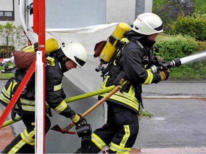 Mit vollem Einsatz zur Brandbekämpfung.