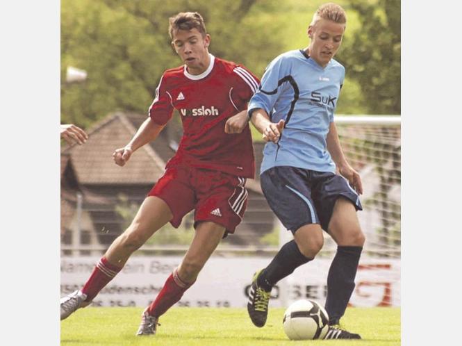 KSC-Youngster Leo Becker (r., hier gegen Sascha Hoffrogge) lieferte im defensiven Mittelfeld eine solide Partie ab.