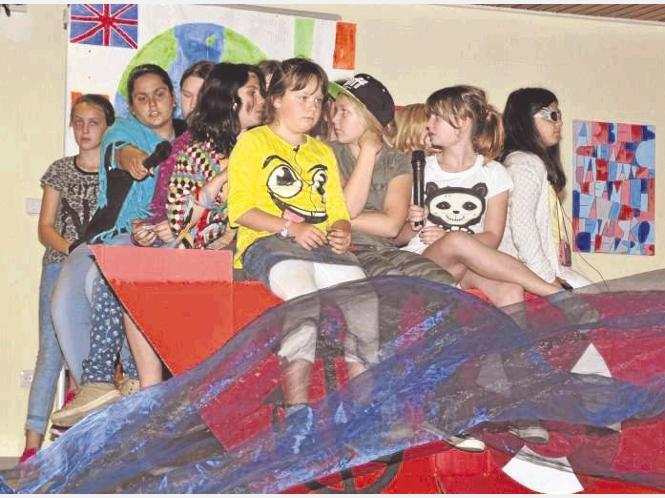 Ein Boot voller Kinder: Die Theater-AG gab dem Kennenlern-Nachmittag eine unterhaltsame Note.
