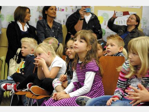 Gebannt folgten die Erstklässler den Vorführungen der höheren Klassen. Die hatten fleißig für ihre neuen Mitschüler geprobt.