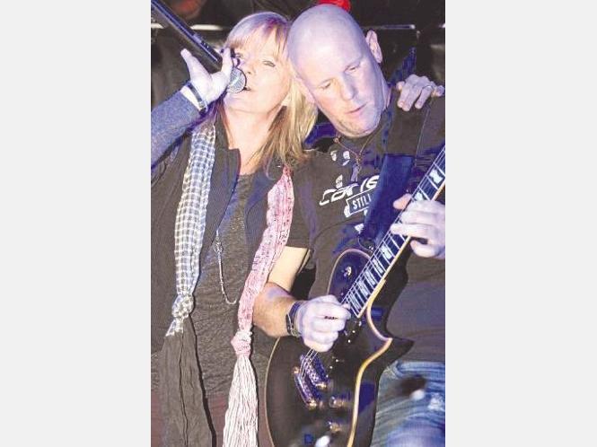 Cane heizte den Zuhörern mit eigenen Songs und mit unvergessenen Evergreens von Steppenwolf bis Led Zeppelin ein.