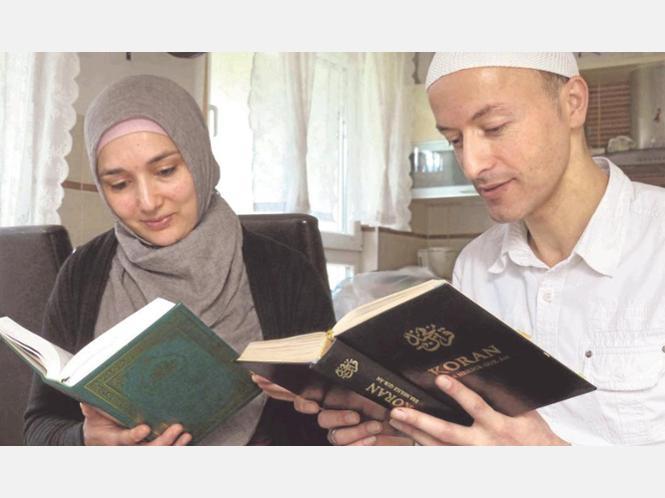 Cengiz Varli und seine Ehefrau Necile lesen regelmäßig im Koran. Der Prophet lebte für sie Gewaltlosigkeit vor – deshalb können beide nicht verstehen, warum sie als Moslems von einigen Bürgern mitverantwortlich für den Terror gemacht werden.