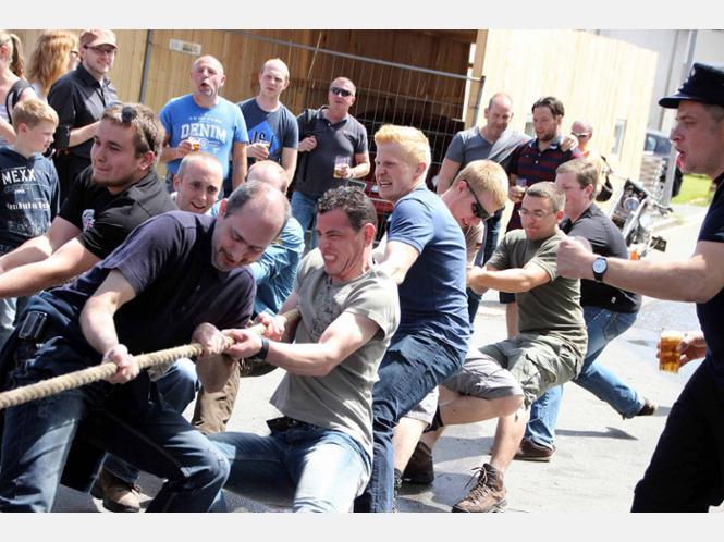 Wahre Muskekraft bewiesen die Männer beim traditionellen Tauziehen. Und wer nicht selbst mitzog, der feuerte seinen Jungs zumindest von der Außenlinie an. Der Löschzug Breckerfeld hatte die Nase vorn und sicherte sich den Sieg. - Fotos: Salzmann