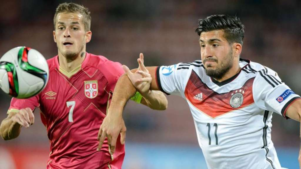 Emre Can (r) kämpft mit dem Serben Goran Causic um den Ball. Foto: Thomas Eisenhuth