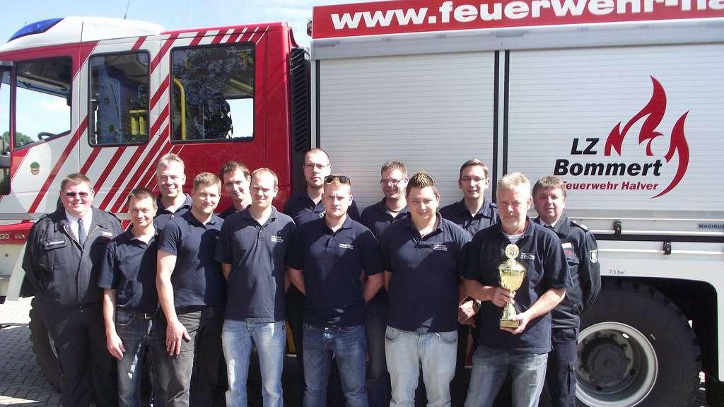 Die Gruppe des Löschzugs Bommert freute sich über ihren ersten Platz beim Kreisleistungsnachweis und den dazugehörigen Pokal.