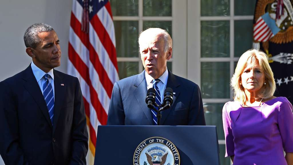 US Vice President Joe Biden (C), flanked by US President Barack Obama (L) and his wife Jill Biden (R), speaks in the Rose Garden at the White House on October 21, 2015, in Washington, DC. Biden announced that he is not running for president. AFP PHOTO / JIM WATSON