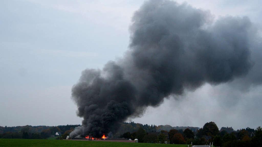 Die Rauchsäule über dem brennenden Stall in Hohenplanken war bereitsaus der Ferne sichtbar.