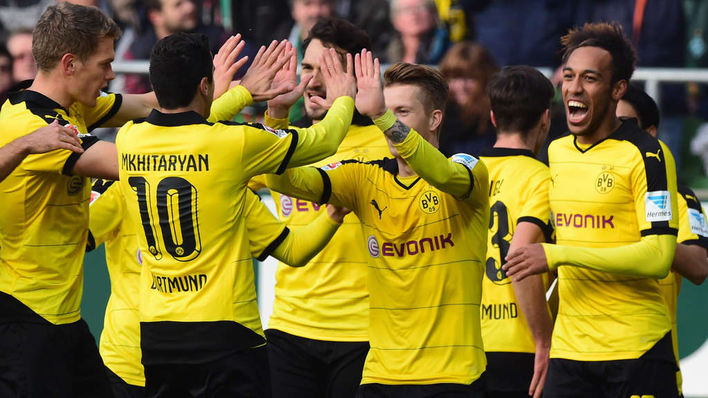 Dortmund&#39s striker Marco Reus (C) celebrates with teammates after scoring during the German first division Bundesliga football match Werder Bremen vs Borussia Dortmund in Bremen, northern Germany, on October 31, 2015.    AFP PHOTO / JOHN MACDOUGALLRESTRICTIONS: DURING MATCH TIME: DFL RULES TO LIMIT THE ONLINE USAGE TO 15 PICTURES PER MATCH AND FORBID THE IMAGE SEQUENCES TO SIMULATE VIDEO.== RESTRICTED TO EDITORIAL USE == FOR FURTHER QUERIES PLEASE CONTACT DFL DIRECTLY AT + 49 69 650050