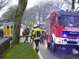 Verkehrsunfall auf der L 52866-jährige Halveranerin touchiert zwei Bäume und kommt in einem Garten zum stehen. Sachschaden 6000 bis 7000 Euro. Fahrerin unter Schock.