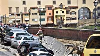 200 Meter langes Erdloch: Autos in Florenz sacken in Krater