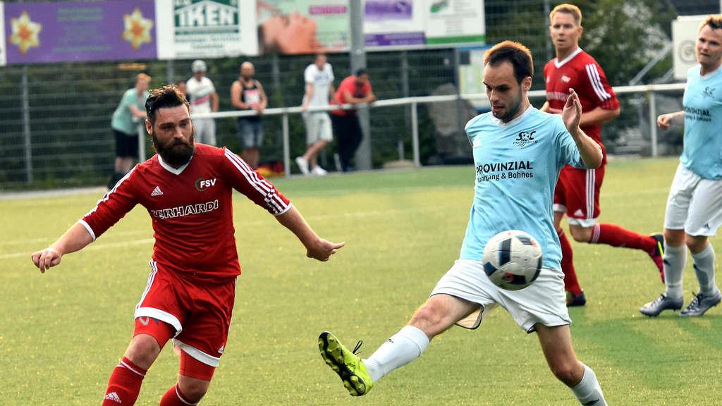 Die FSV Werdohl um Neuzugang Julian Kroll (links) tat sich am Donnerstagabend gegen den SC Plettenberg schwer, setzte sich gegen den forsch auftretenden A-Kreisligisten am Ende aber knapp mit 3:2 durch.