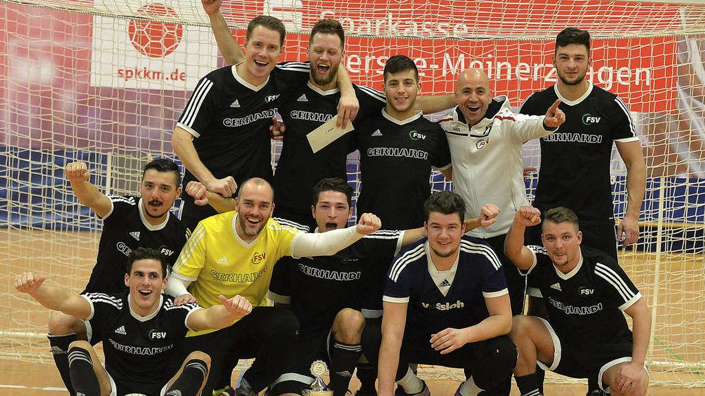 Hattrick am Felderhof: Zum dritten Mal in Folge gewannen die Landesliga-Kicker der FSV Werdohl den Sparkassen-Pokal des Kiersper SC. Neben der Trophäe nahmen die Lennetaler auch noch 250 Euro mit nach Hause.