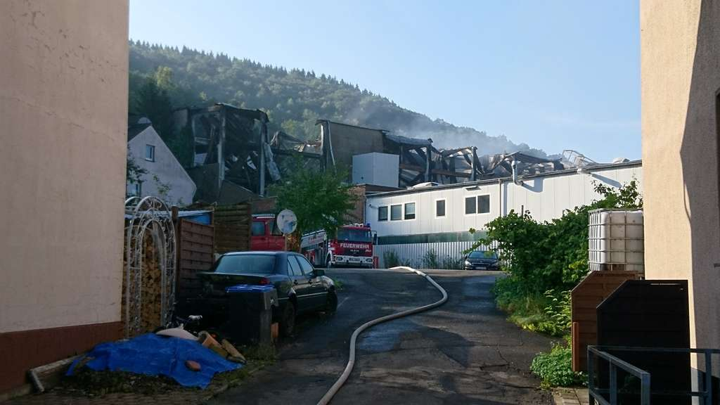 Menschen verletzt | Großbrand wütet in Industriehalle