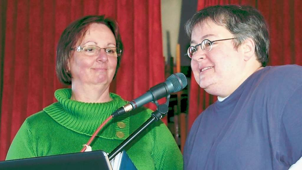Tanya Worth (r.) im Interview mit der Wiblingwerderin Heidi Vormann.