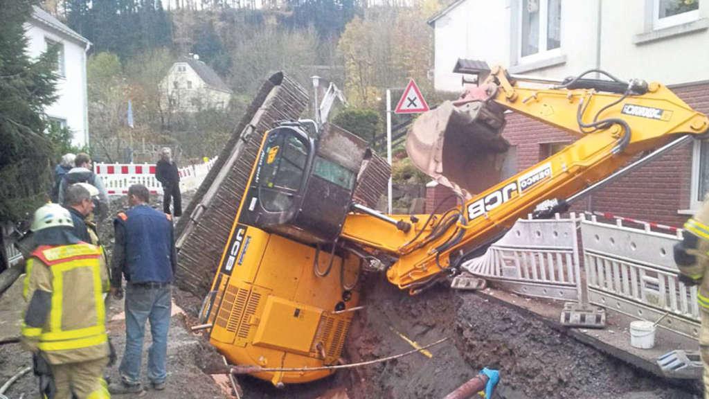 Bagger Stürzt In Baugrube Spektakulärer Unfall Endet Glimplich