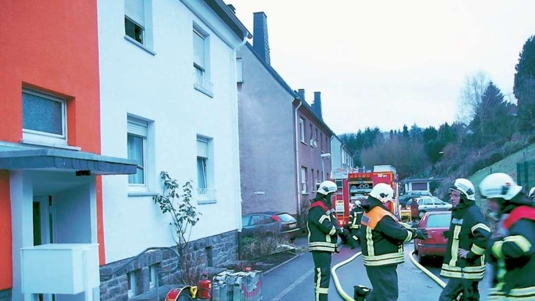 Alle Einheiten der Gemeindefeuerwehr wurden am Montag zur Straße Im Grund in Einsal gerufen. Dort brannte eine Wohnung in einem Mehrfamilienhaus.