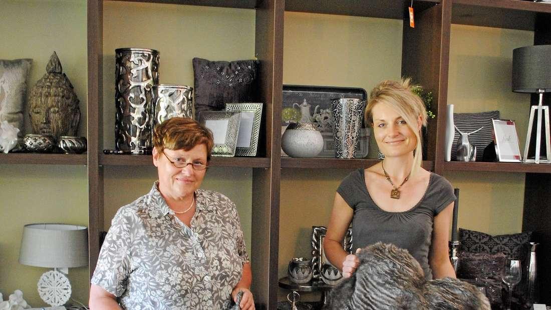 Räumen ihre Verkaufsfläche, um sich auf den Online-Handel zu spezialisieren: Ulrike und Michaela Duisberg (von links).  - Foto: Berndt