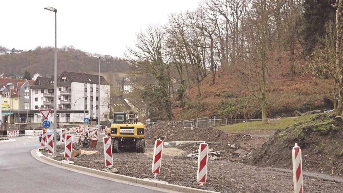 Anfang dieser Woche nahmen vier Mitarbeiter des Bauunternehmens Gehrken die Arbeiten am Kreisel Volmestraße/Ecke Klagebach wieder auf. Derzeit wird der Klagebachpark gestaltet.