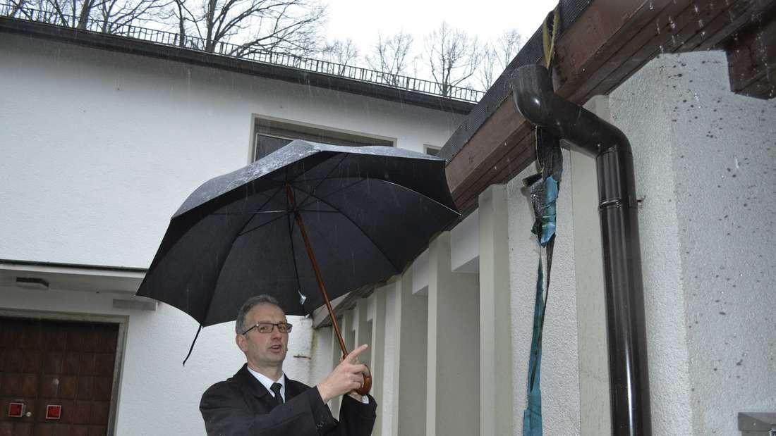 Wie bereits im September entwendeten unbekannte Täter in der Nacht von Montag auf Dienstag Kupfer-Dachrinnen, die am Gebäude der Johannes-Kapelle angebracht waren.