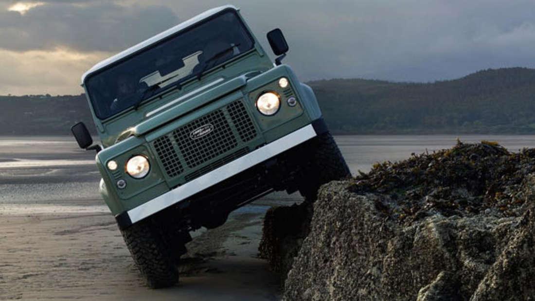 Land Rover Defender: Nach 68 Jahren heißt es Abschied nehmen von einer Geländewagen Ikone. Ende Dezember 2015 läuft der letzte Defender vom Band.