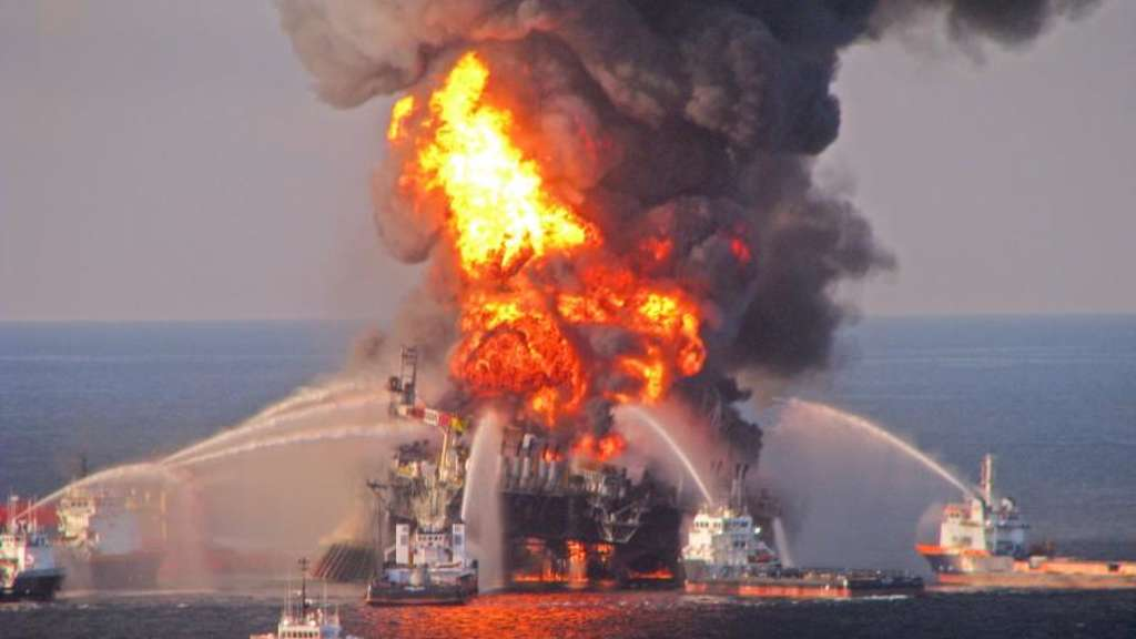 "April 2010: Die brennende Ölplattform ""Deepwater Horizon"" im Golf von Mexiko. Foto: US Coast Guard"