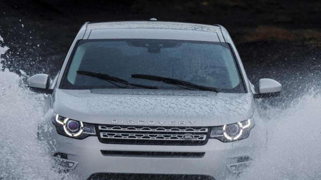 Auch eine Fahrt durchs Wasser ist kein Problem. Die Elektronik misst bei Flußdurchfahrten die Wassertiefe. Foto: Land Rover
