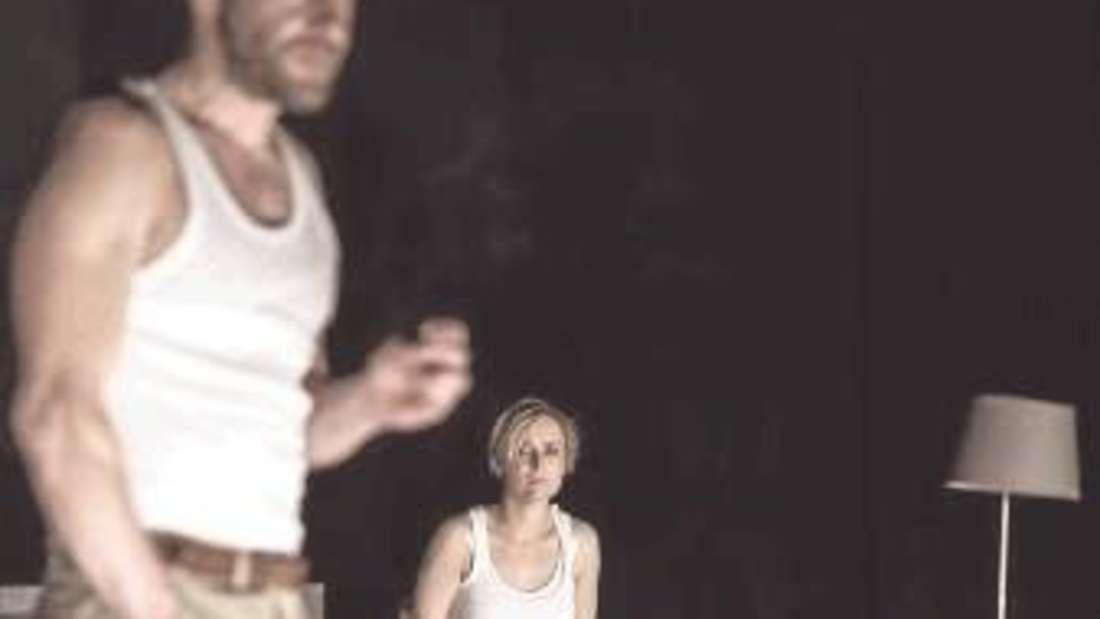 """Robert Kuchenbuch (Ian) und Maja Beckmann (Cate) spielten in Sarah Kanes """"Zerbombt""""."""