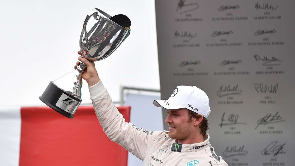 Mercedes&#39 Formula One German driver Nico Rosberg celebrates after winning the Brazilian Grand Prix, at the Interlagos racetrack in Sao Paulo, on November 15, 2015. AFP PHOTO / MIGUEL SCHINCARIOL