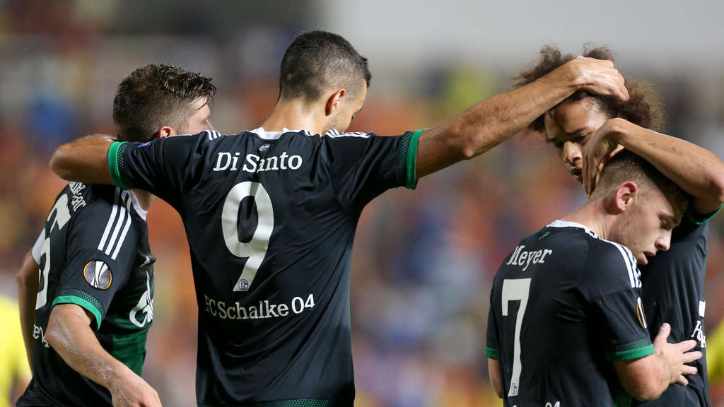 Scorer Klaas-Jan Huntelaar (L-R) of Schalke celebrates his 3-0 with Franco Di Santo, Max Meyer and Leroy Sané during the UEFA Europa League group K soccer match between APOEL Nikosia and FC Schalke 04 at GSP-Stadium in Nikosia, Cyprus, 17 September 2015. Photo: Friso Gentsch/dpa +++(c) dpa - Bildfunk+++