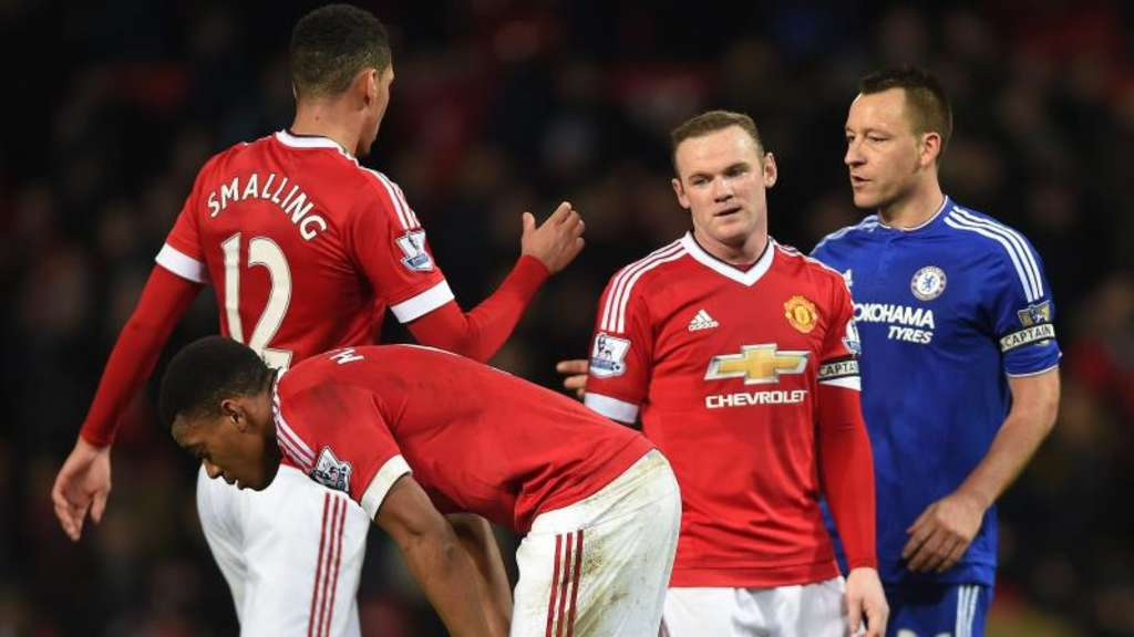 Chris Smalling (l) steckt mit Wayne Rooney (2.v.r.) und Manchester United in der Krise. Foto: Peter Powell