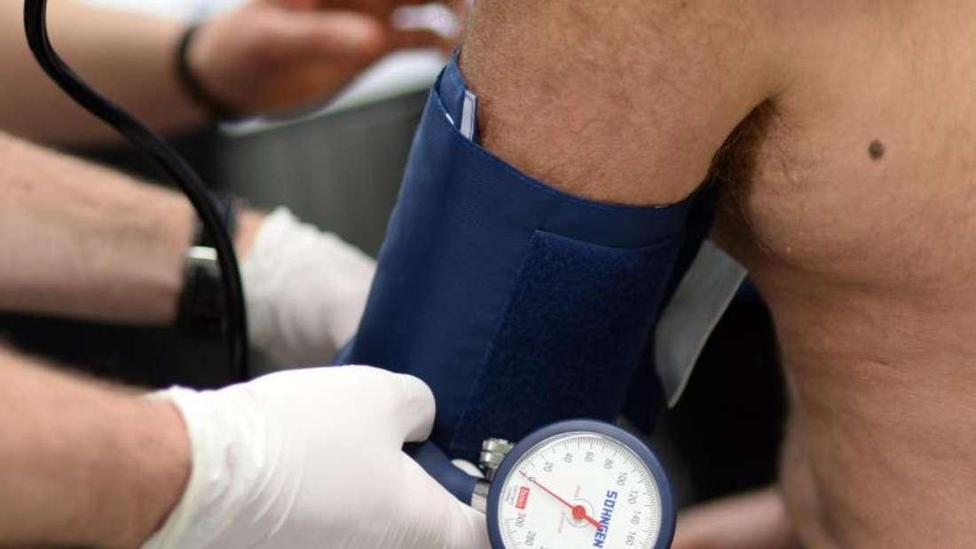 Sollten Bluthochdruck-Patienten auf einen Zielwert von 120 eingestellt werden, statt bisher auf 140? Das ist unter Ärzten umstritten. Foto: Britta Pedersen