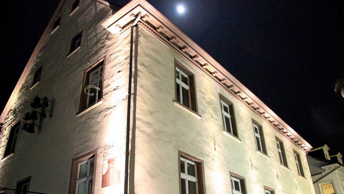 Nachtansicht des markanten Hauses Köster-Emden. Das stadtbildprägende Traufenhaus wurde vermutlich 1707 erbaut. 1755 ging es an den Reidemeister Carl Wilhelm Selkinghaus über. Die Stadt erwarb es im Jahr 1974. Foto: Keim