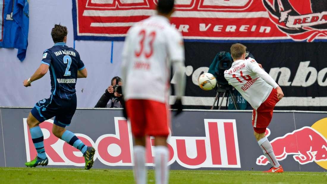 Der Moment der Entscheidung: Leipzigs Lukas Klostermann (r.) trifft aus kurzer Distanz zum 2:1.
