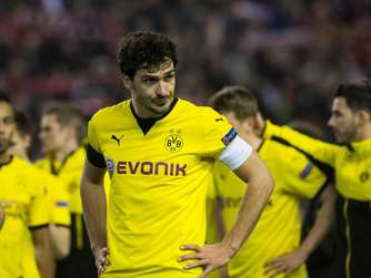 dpatopbilder Dortmund's Mats Hummels reacts after losing during the UEFA Europa League quarter finals soccer match between Liverpool FC and Borussia Dortmund at the Anfield stadium in Liverpool, north west Britain 14 April 2016. Photo: Bernd Thissen/dpa +++(c) dpa - Bildfunk+++
