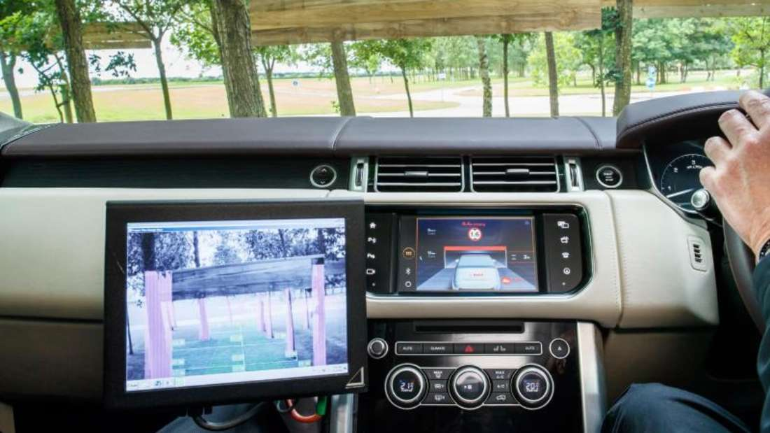 Jaguar und Land Rover wollen, dass ihre Autos mittelfristig auch im Gelände autonom fahren und Hindernissen ausweichen. Zahlreiche Assistenzsysteme sollen dabei helfen. Foto:Jaguar/ Land Rover