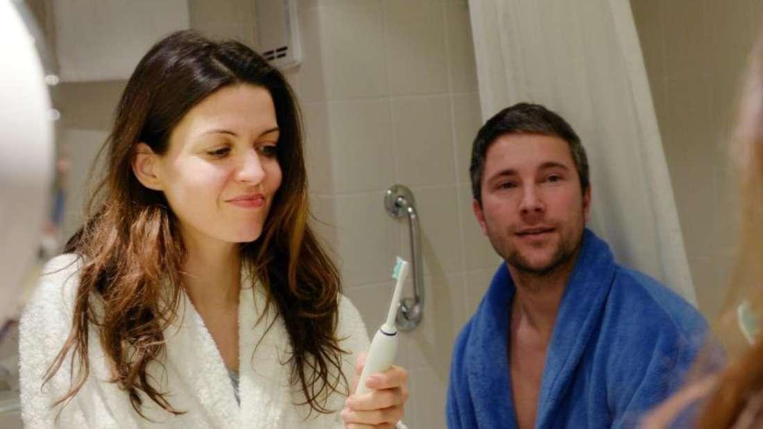 Elektrische Zahnbürsten sind praktisch und bequem. Aus zahnärztlicher Sicht reicht aber auch eine ganz normale Handzahnbürste. Foto: Jens Kalaene