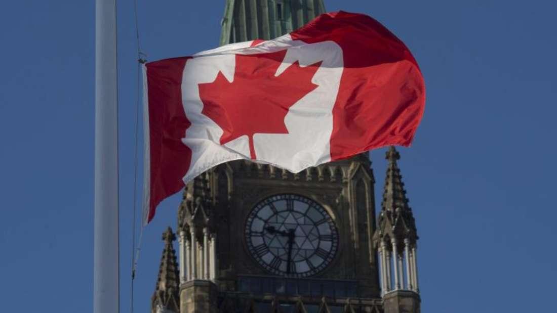 Die kanadische Flagge am Peace Tower in Ottawa weht auf halbmast. Foto: Adrian Wyld