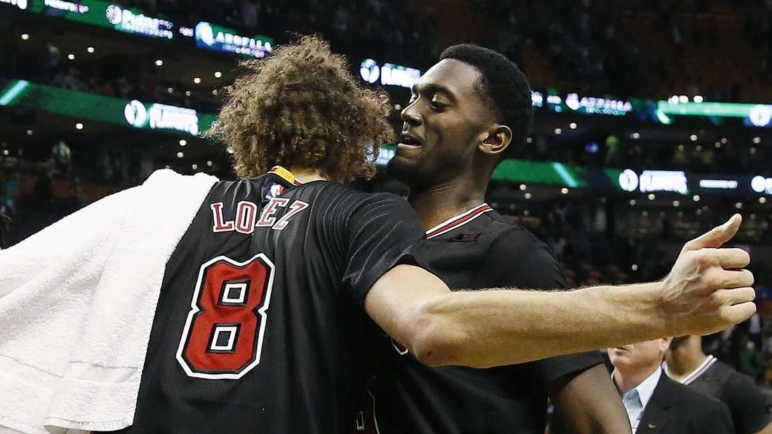 Überraschen zum Auftakt der NBA-Playoffs: Robin Lopez (l.) und Bobby Portis siegen mit den Chicago Bulls bei den Boston Celtics.