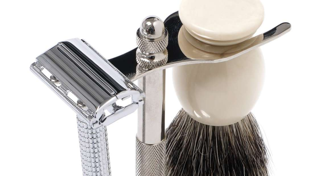 Verzichten Sie auf Einwegrasierer aus Plastik. Stattdessen gibt es Rasierer aus Holz oder Metall, bei denen nur ab und zu die Klinge ausgewechselt werden muss.
