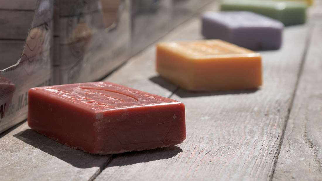 Viele Kosmetik-Produkte gibt es mittlerweile auch ohne Plastik-Verpackung. Verzichten Sie auf Flüssigseife und greifen Sie lieber zu Seife in fester Form. Im besten Fall ist diese auch noch in Papier eingewickelt. Manche Läden bieten auch Nachfüllmöglichkeiten an.