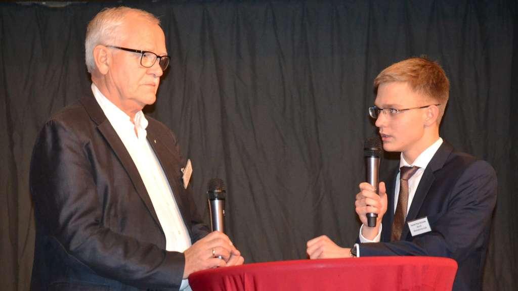 Schülersprecher Daniel Schulte führte ein Kurzinterview mit Thomas Selter, bevor der Unternehmer zum Thema sprach.