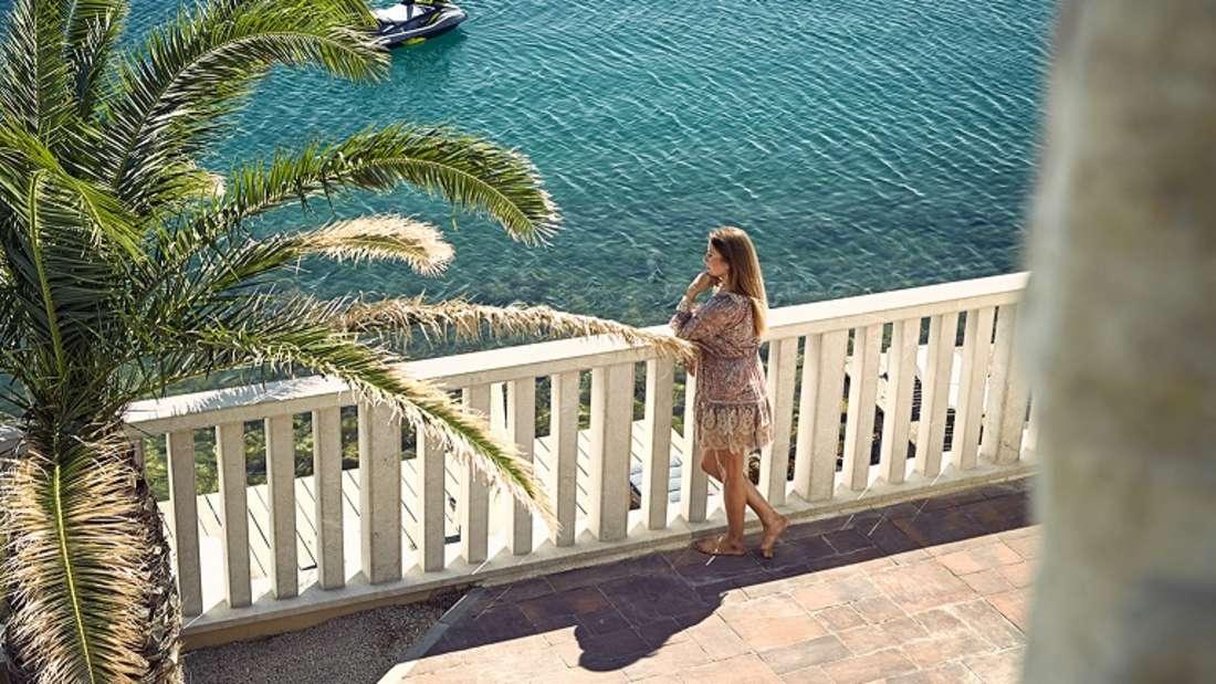 Cathy Hummels auf dem Balkon einer ihrer Traumvillen.